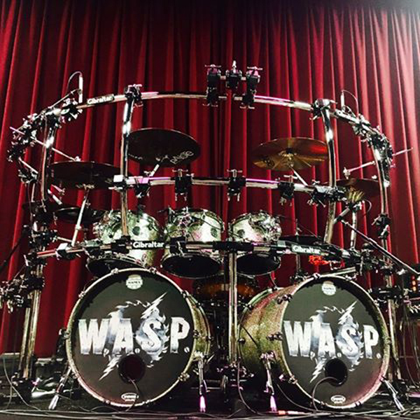 "W.A.S.P. recruta o baterista brasileiro Aquiles Priester para a turnê ""Re-Idolized – The Crimson Idol 25th Anniversary World Tour"""
