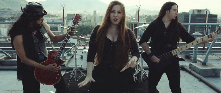 Em novo clipe, Lyria mostra a harmonia entre o gótico e a paisagem do Rio